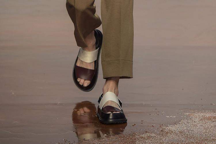 Каждый сезон дизайнеры придумывают новые версии мужских сандалий (на фото: показ Marni весна-лето 2017)