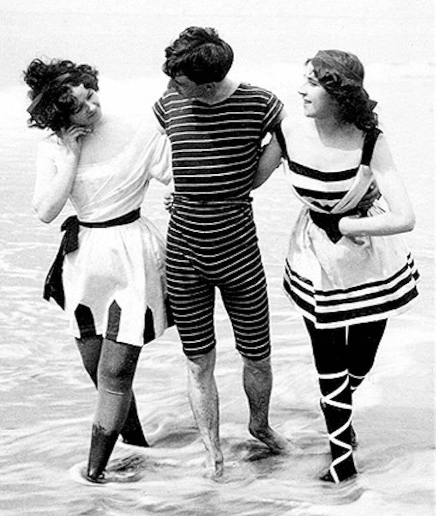 Первые костюмы для плавания – полосатые французские модели