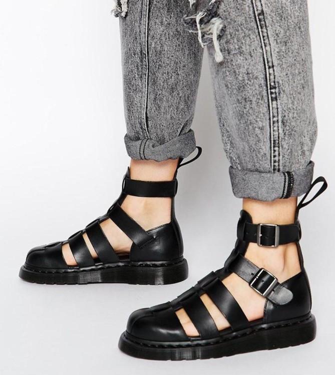 Сандалии – удобная обувь, как в быту, так и для работы