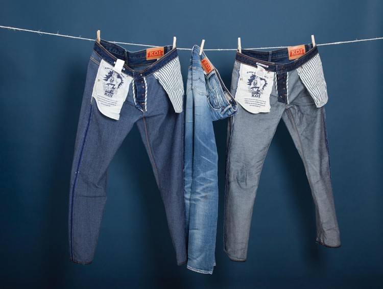 Самый простой способ «обезводить» джинсы после стирки – дать воде стечь