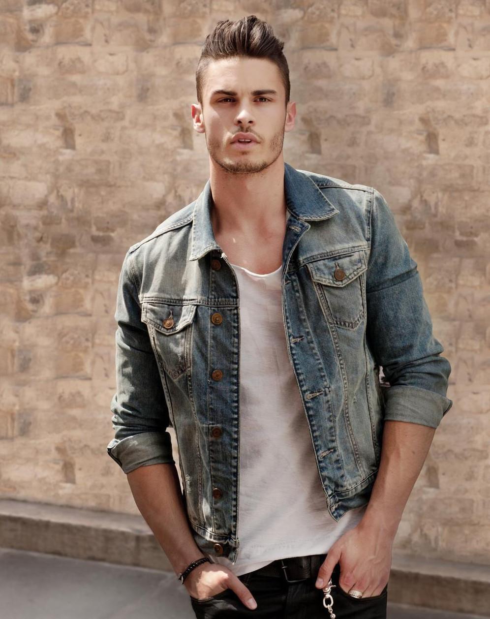 Классическая джинсовка с белой футболкой и черными джинсами - беспроигрышный стильный вариант