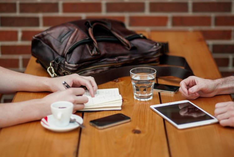Часто при личной встрече можно за полчаса решить вопрос, для которого потребовались бы недели электронной переписки