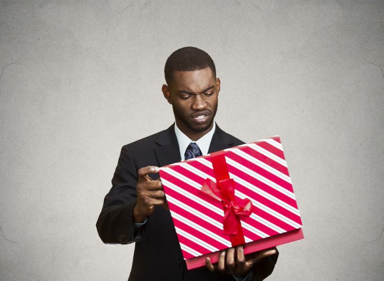 Делаем ставки: в коробке набор носков, пена для бритья или фигурка Деда Мороза?