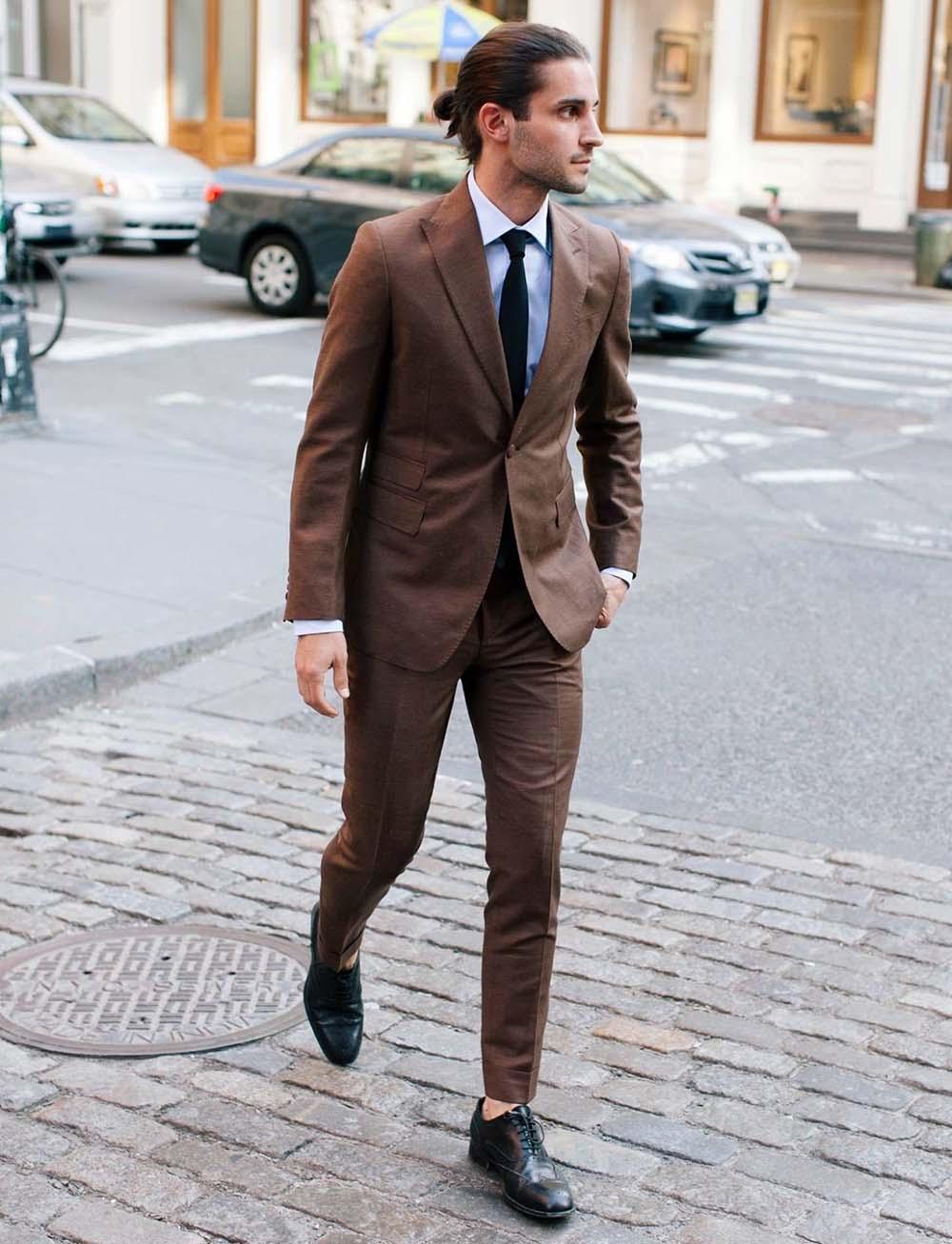 Коричневый цвет удачно смотрится как в полных костюмах, так и в отдельных акцентах