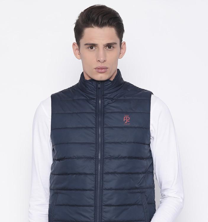 Стеганые куртки-безрукавки – один из самых популярных вариантов исполнения в нашей стране