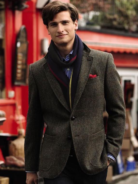 Как правило, к твидовыми пиджакам очень идут шарфы: хороший вариант для начала осени