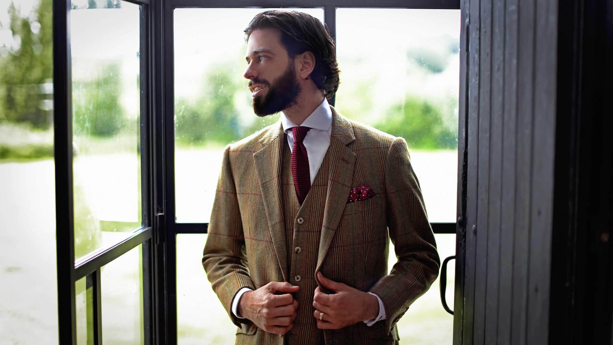 Пожалуй, единственный случай, когда твидовый костюм может выступать в роли деловой одежды - если торжественное или бизнес-мероприятие проходит на природе