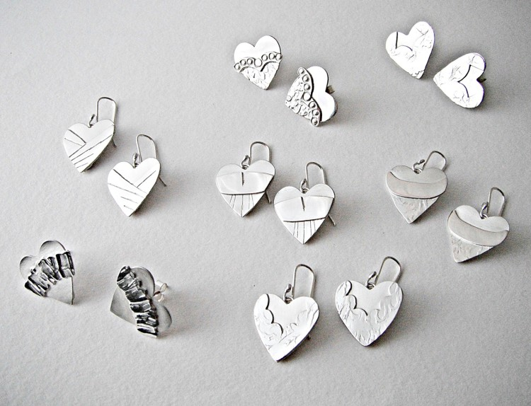 В украшениях можно обыграть тему сердец и других атрибутов Дня святого Валентина, но это необязательно